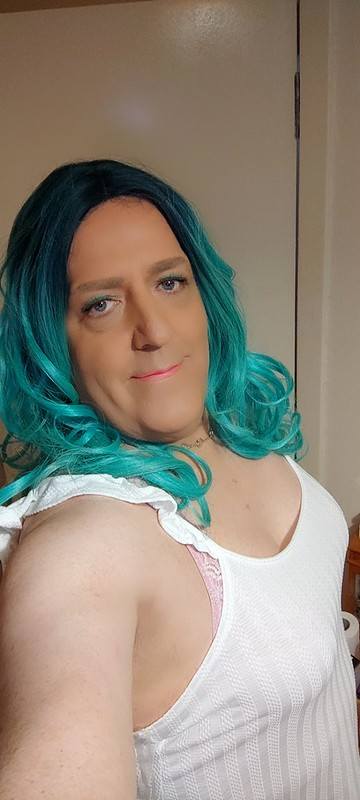 Green hair,blue eyes