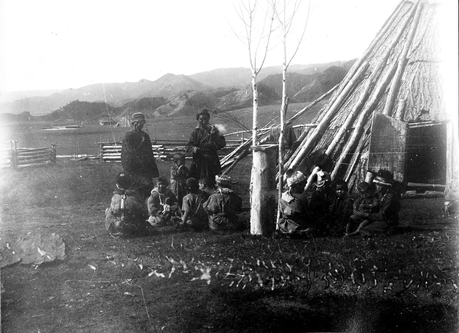 Дети алтай-кижи с косичками в национальных костюмах