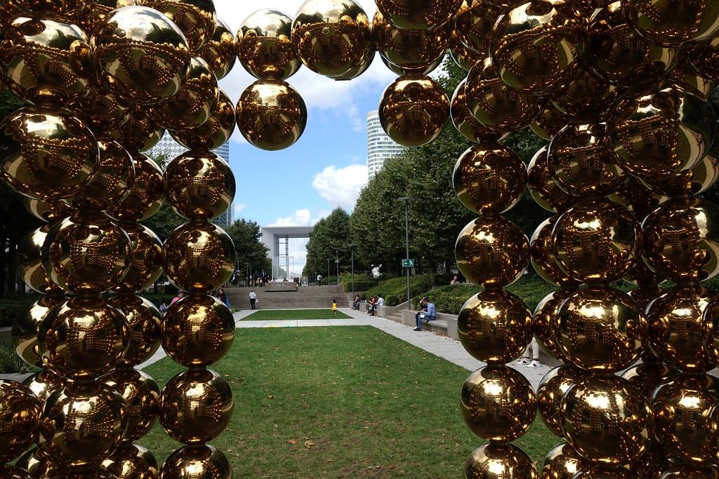 Cube sphère gold, par Cyril Lancelin