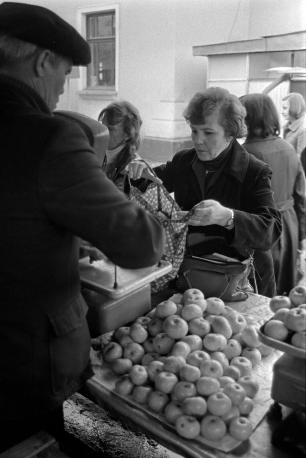 1981. Римма Казакова на рынке в Нальчике