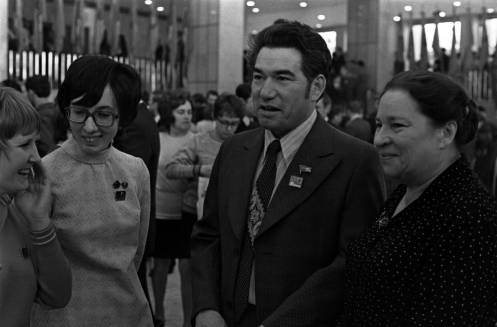 1975. Чингиз Айтматов и Агния Барто в Кремлевском Дворце съездов