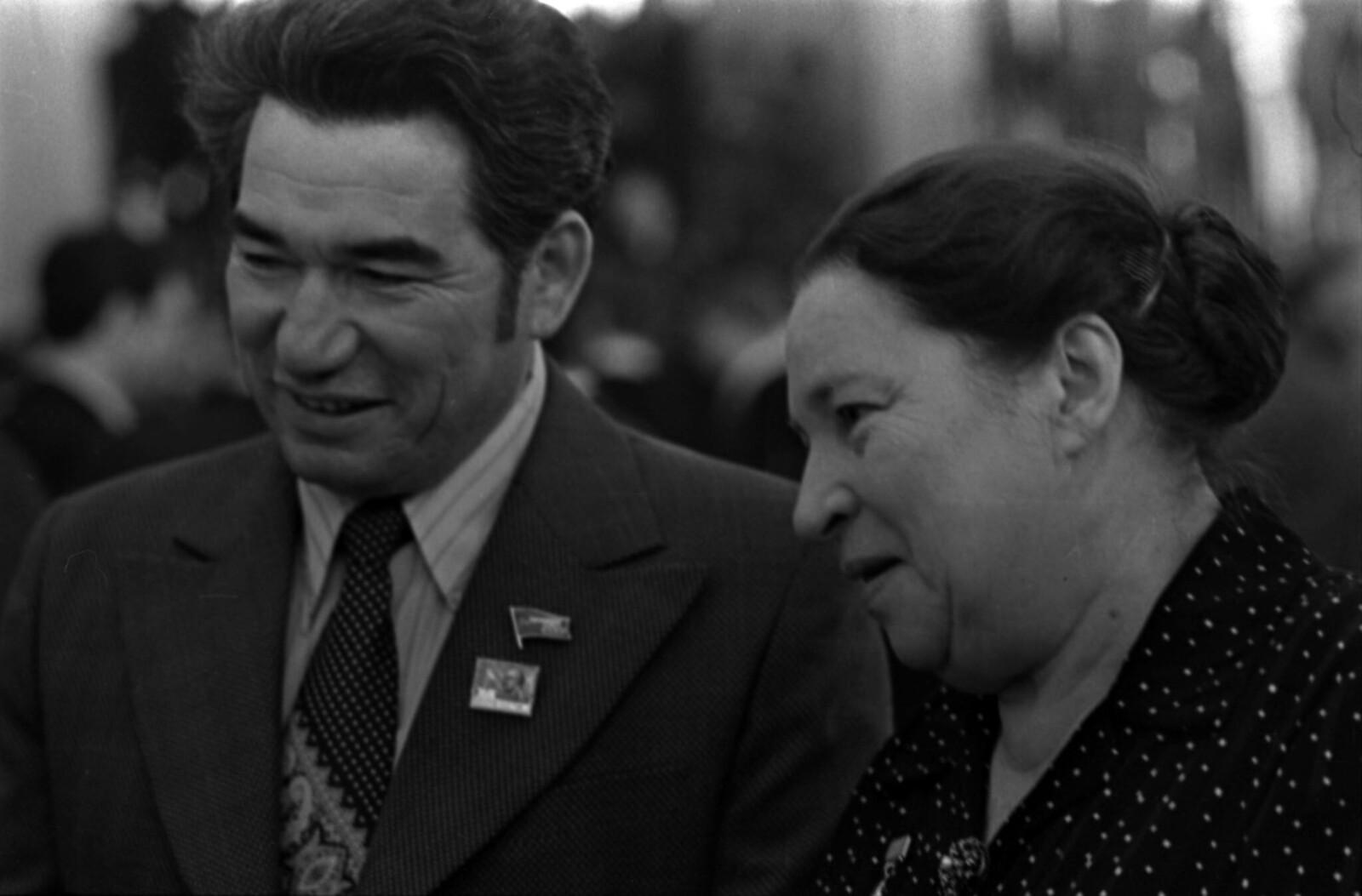 1975. Чингиз Айтматов и Агния Барто в Кремлевском Дворце съездов.