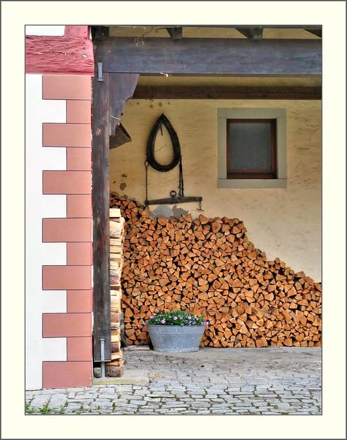 Mainfranggen - Sommerach, Holz vor der Hütte