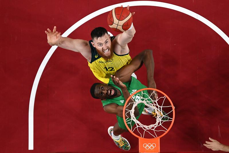 效力NBA多倫多暴龍的中鋒Aron Baynes(上)因傷退出東奧澳洲男籃隊。【AFP授權】