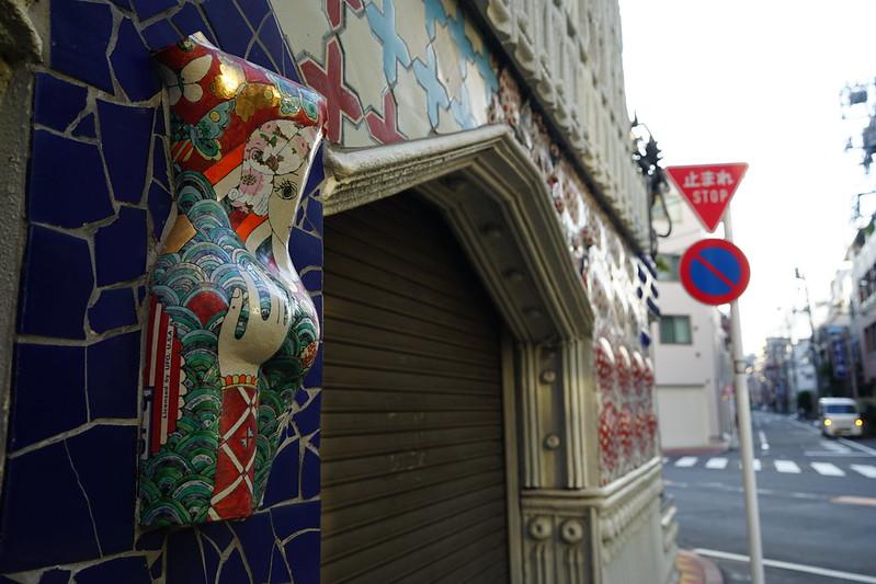 12Sony α7Ⅱ+TAMRON 28 200mm f2 8 5 6 RDX早稲田鶴巻町ドラード和世陀外壁の装飾