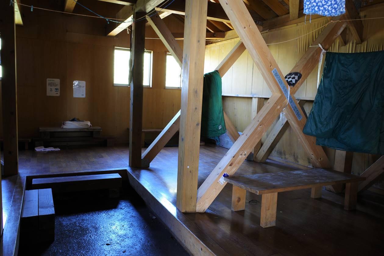 茂倉岳避難小屋の中