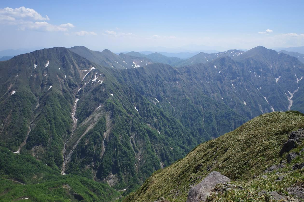 茂倉岳から眺める仙ノ倉山〜平標山方面の展望