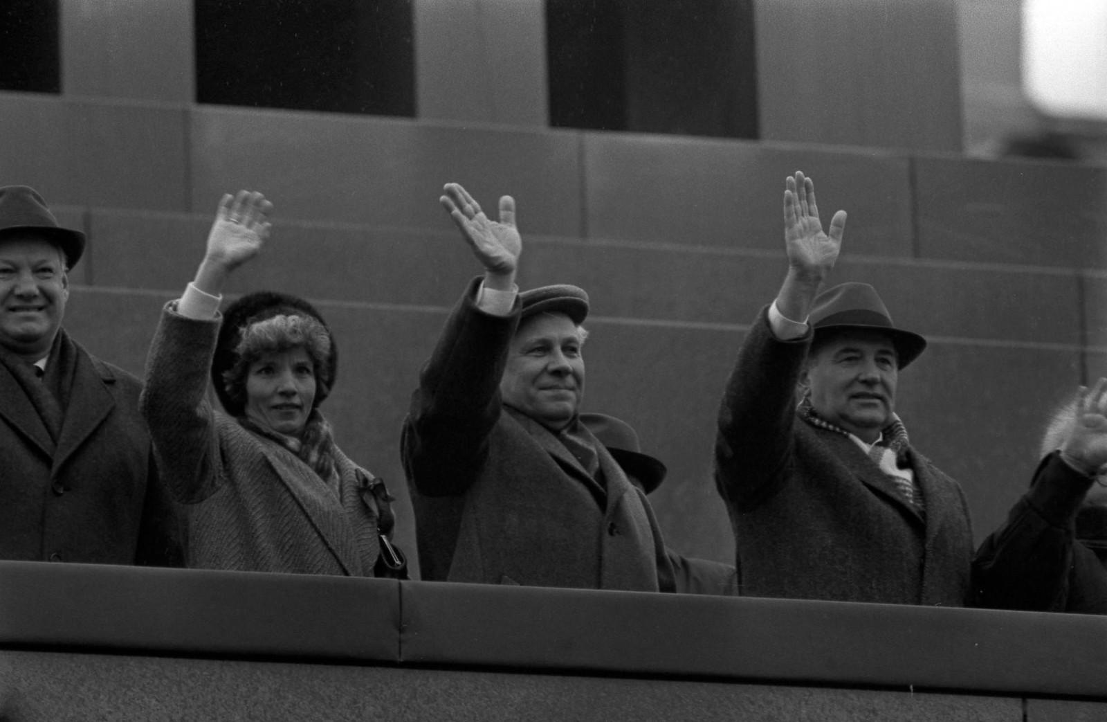 1985.  На трибуне Мавзолея, Борис Ельцин, Анатолий Лукьянов и Михаил Горбачев