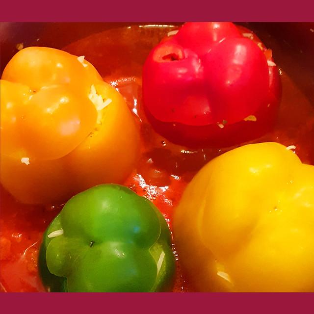 Mit Reis gefüllte Paprikaschoten in Tomatensauce --- Pikant und vegetarisch ... Brigitte Stolle