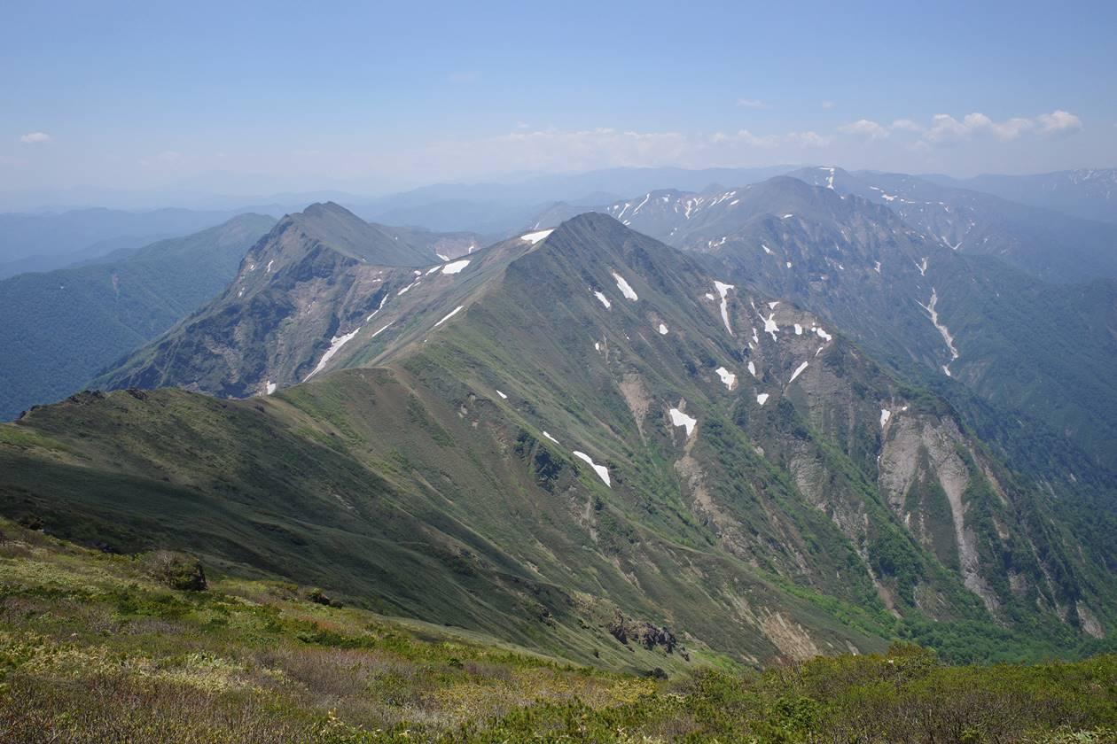 谷川岳山頂から眺める主脈稜線