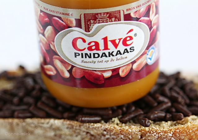 BROOD MET PINDAKAAS EN HAGELSLAG