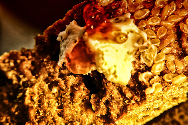 Brot mit Frischkäse & Marmelade – Dutch Angle – Lebensmittel Industrie Produkt Makro Kunst Fotografie
