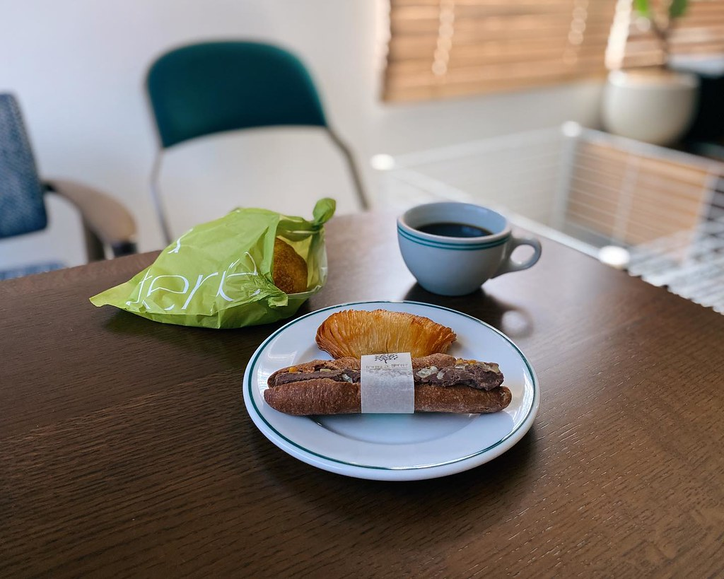朝食は大好きなterre à terre バターたっぷりのサリュー。 定番のフォカッチャ。 変わらず美味しい。 嬉しい嬉しい。 #terreàterre #テーラテール #夫土産 #ありがとう #サリュー #名古屋 #朝食 #パン #朝ごはん #カフェ #コーヒー #珈琲 #うつわ #黑地 #香港雑貨 #インテリア #暮らし #名古屋グルメ #おうち時間  #breakfast #bread #coffeetime #cafe #coffee #interior #instafood #instagoo