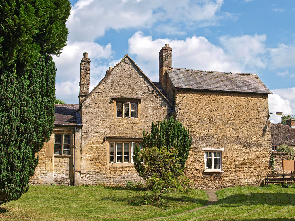 Chipping Norton. 17th or early 18th century cottages around the churchyard.