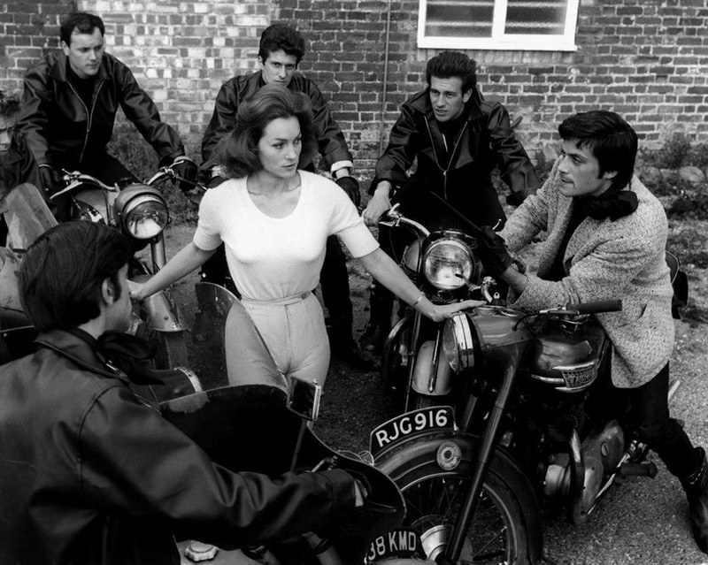 Oliver Reed et Shirley Anne Field dans Les Damnés (The Damned / These are the Damned, Joseph Losey, 1963)