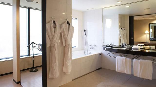 OSAKA-P055-Regency-Club-Deluxe-Bathroom.16x9