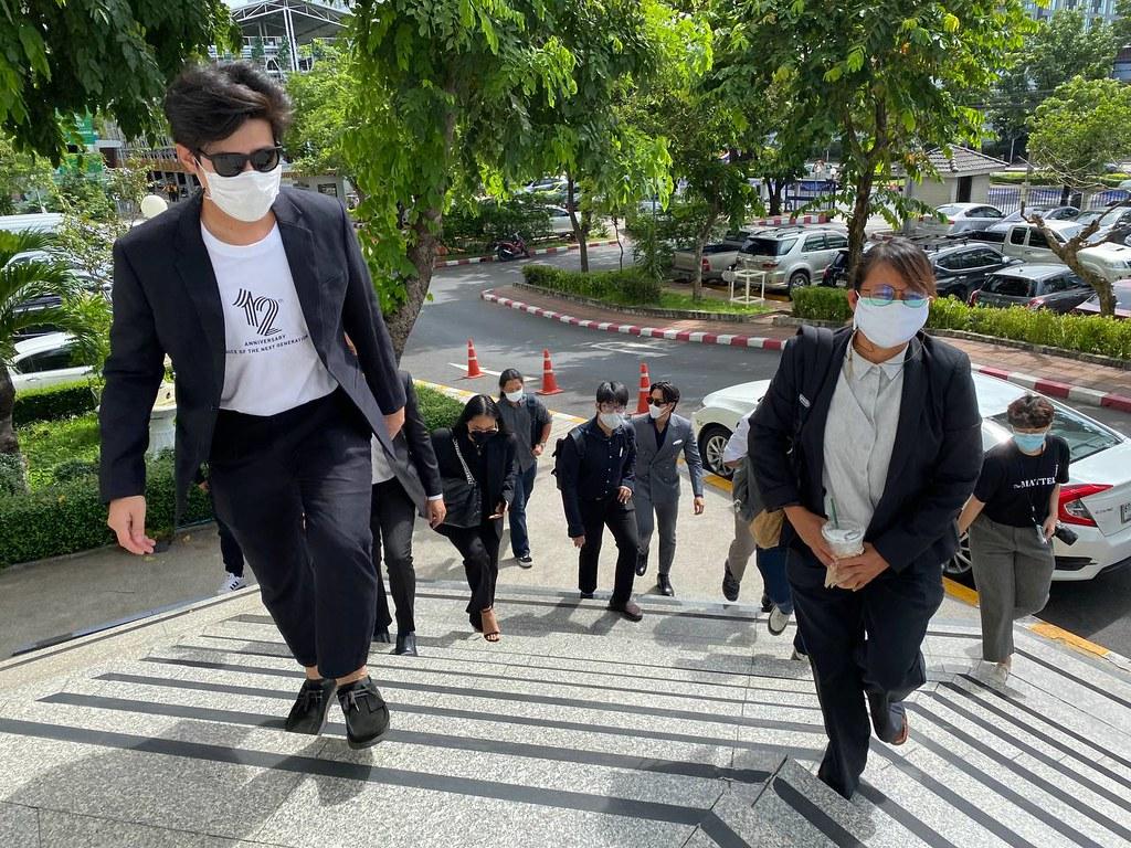 ผู้สื่อข่าวและประชาชนเดินทางไปยื่นฟ้องที่ศาลแพ่ง