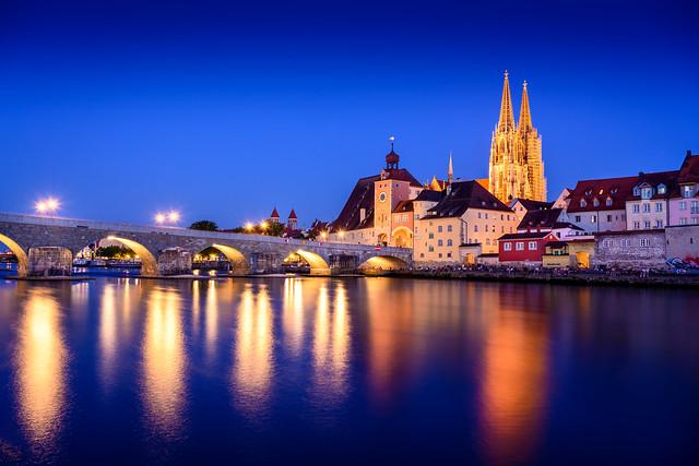 Regensburg Steinerne Brücke zur blauen Stunde