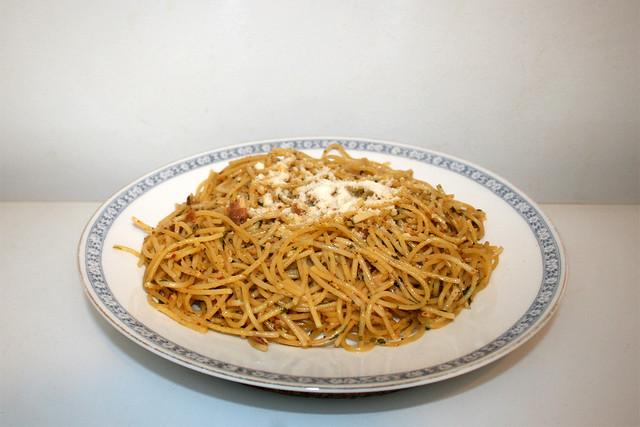 Spaghetti aglio olio e pancetta - Leftovers - Side view / Resteverbrauch - Seitenansicht