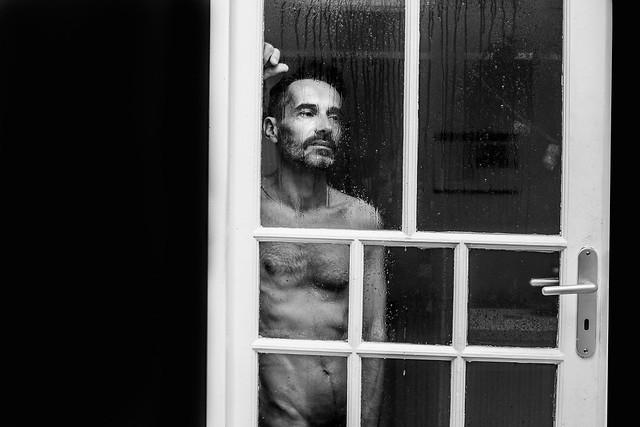 Sylvain regarde la pluie tomber.