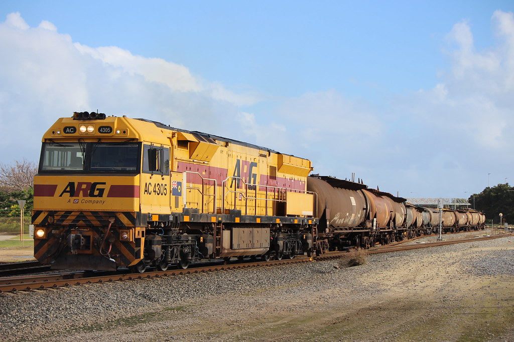 Black and yellow shunting by Chilly's_Transport