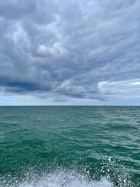 Bientôt le ciel et la mer se rejoignent