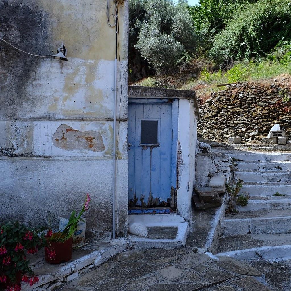 Old door in Samos  .. .. #wu_greece #greecestagram #kings_greece #colors_of_greece #urban_greece #colorsofgreece #perfect_greece #vintage_greece #streetsofgreece #fujifilm #_fujilove_ #fujixt4 #fujimacro #myfujilove #fujifilmme #fujifilmmy #fujifilm_globa
