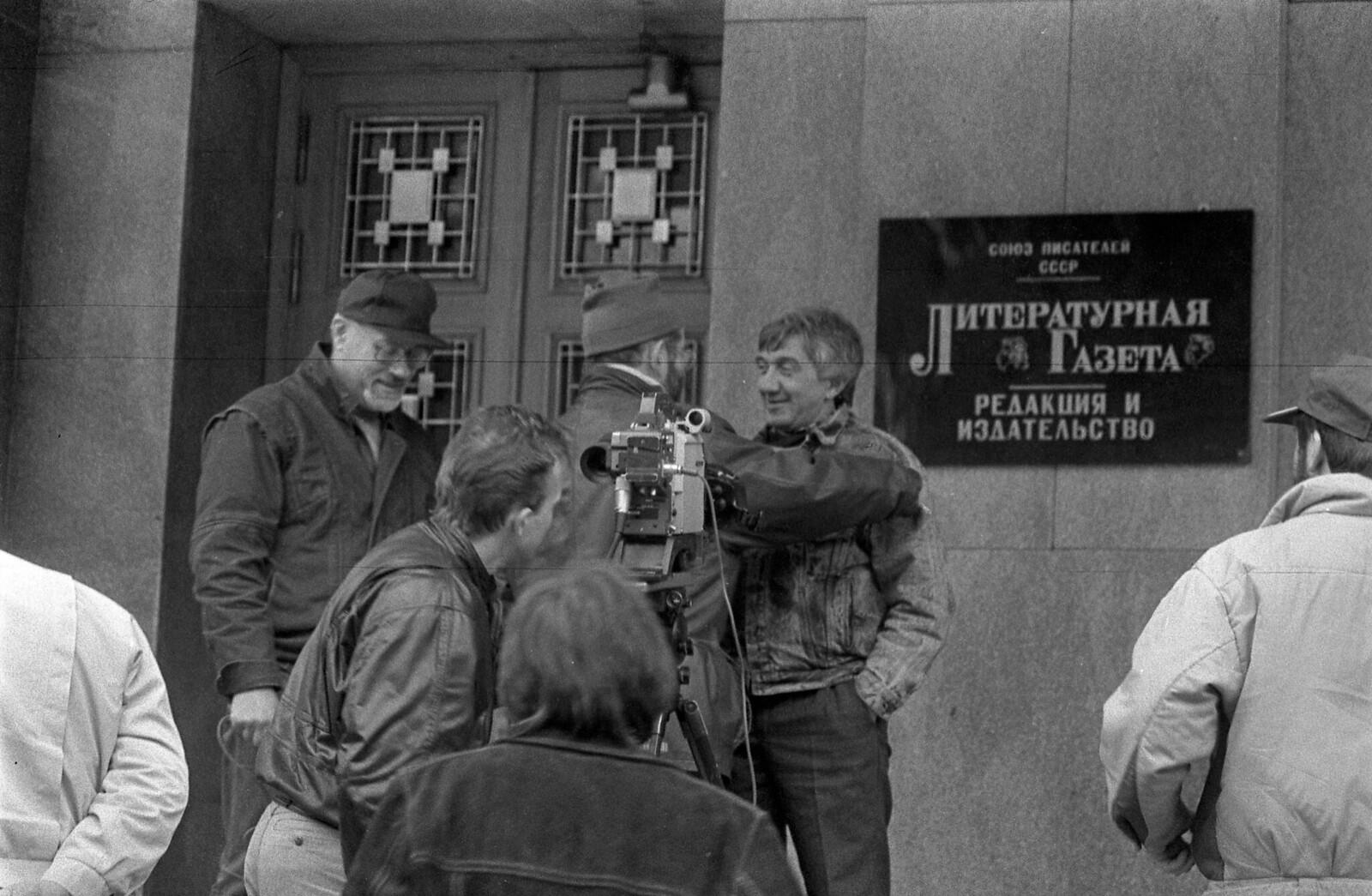 1989. Интервью Юрия Щекочихина возле здания редакции «Литературные газеты»