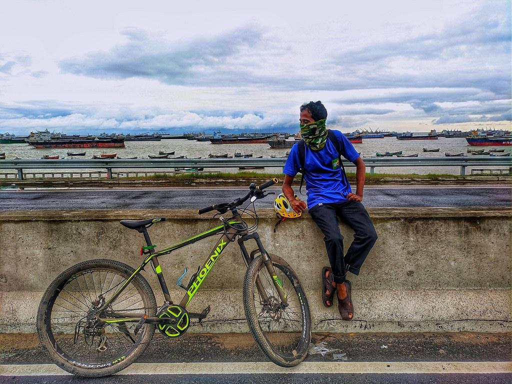 মানুষ একটা দুই চাকার সাইকেল... (The man is a two-wheeled bicycle...)