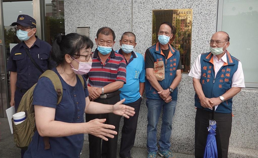台灣石虎保育協會理事長陳美汀試圖向支持開發的民眾說明石虎生態廊道的重要性,在地居民卻說石虎是害獸,不要保育。孫文臨攝
