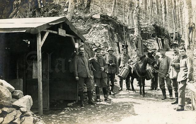 Hartmannswillerkopf : Landwehr Infanterie Regiment 124 soldiers in front of their Kantine