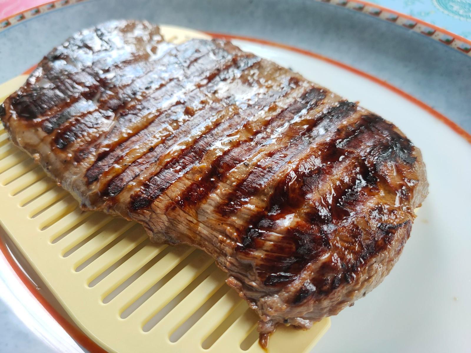 Flank Steak Sandwich mit Salat, Mozarella und Tomaten und mit dem Optigrill