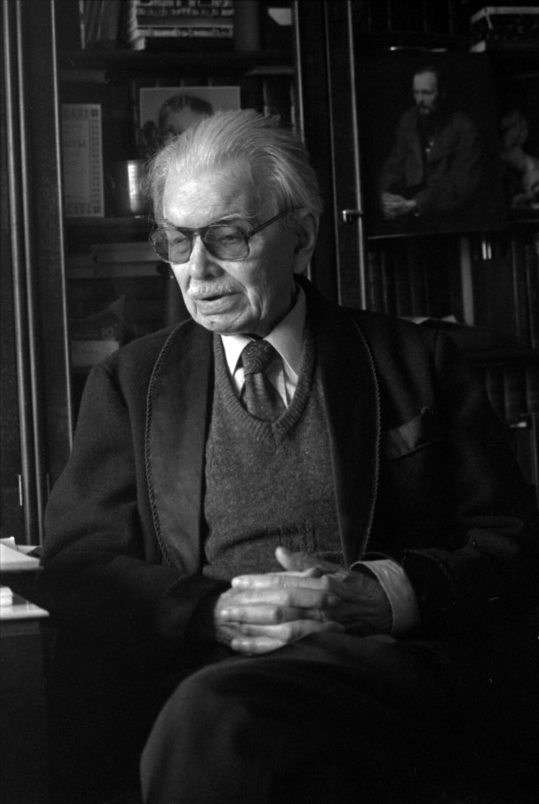 1989. Леонид Леонов в кабинете