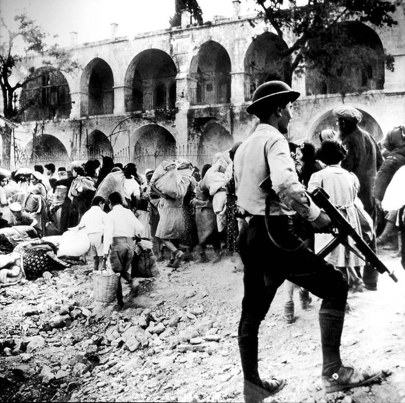Thompson-SMG-jordanian-soldiers-expel-jews-jerusalem-1948-mefb-1
