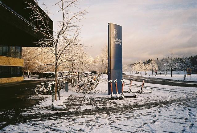 Snö och soldis utanför studenthuset