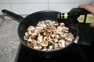 08 - Add some olive oil if necessary / Bei Bedarf etwas Olivenöl addieren