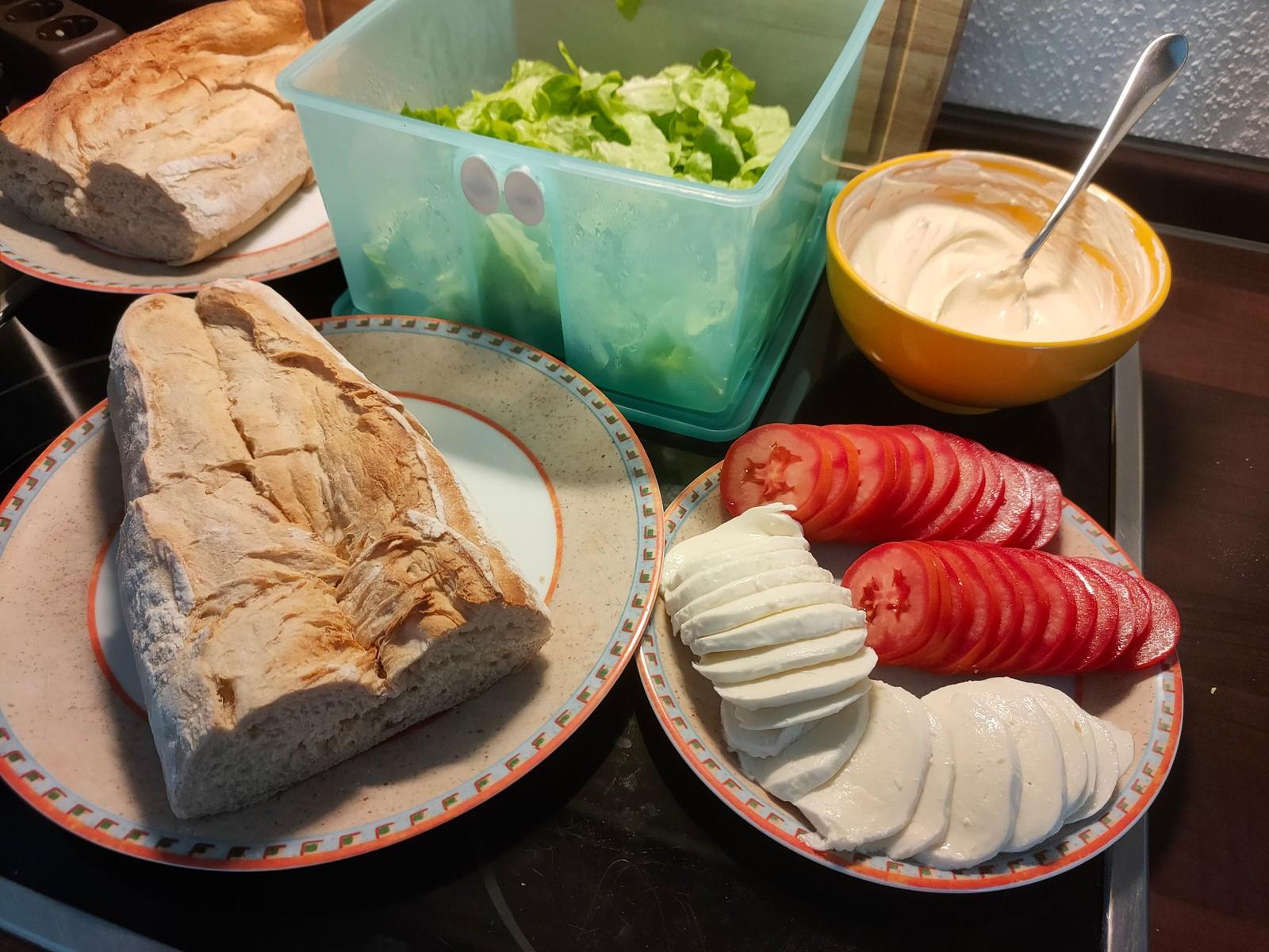 Salat, Mozarella und Tomaten für das Flank Steak Sandwich