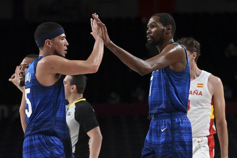 美國隊Kevin Durant(右)與Devin Booker擊掌慶祝勝利。【AFP授權】