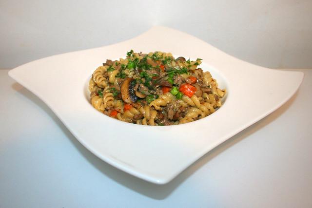 34 - Ground meat pasta pan with vegetables - Side view  / Hackfleisch-Nudelpfanne mit Gemüse - Seitenansicht