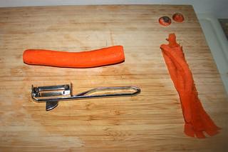 04 - Peel carrots / Möhren schälen