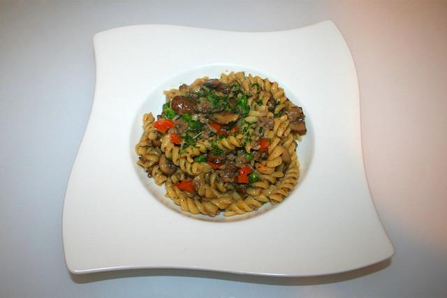 33 - Ground meat pasta pan with vegetables  / Hackfleisch-Nudelpfanne mit Gemüse - Serviert
