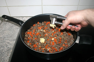 19 - Squeeze garlic in pan / Knoblauch in Pfanne pressen