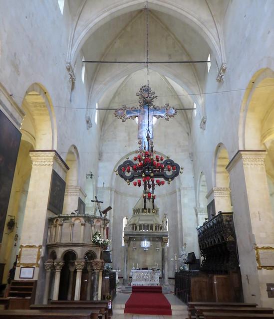 Nef et chœur, cathédrale St Laurent, Trogir, comitat de Split-Dalmatie, Croatie.