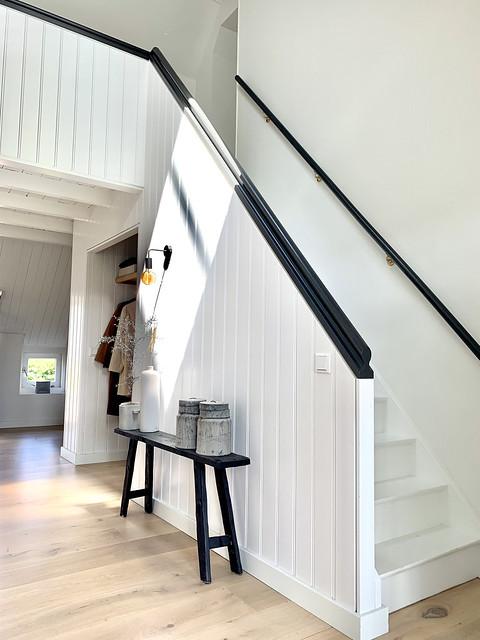 Witte houten trap en overloop woonboerderij