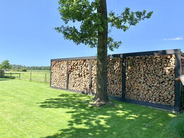 Houtopslag zwart hout boerderijtuin