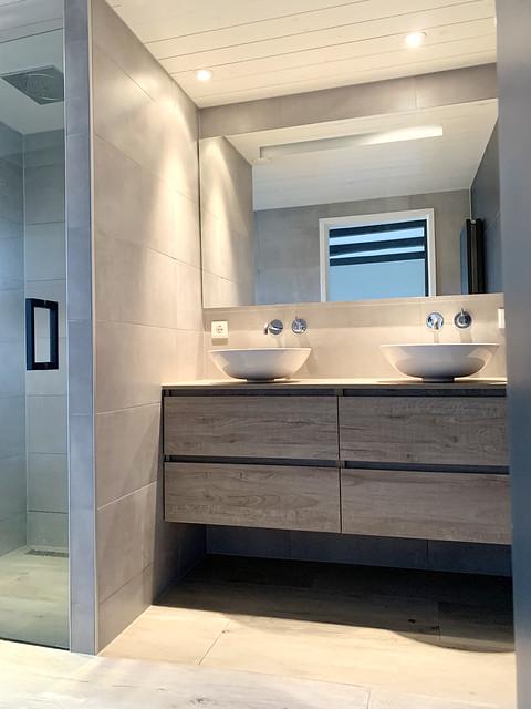 Landelijke grijsbruine badkamer badmeubel met waskommen