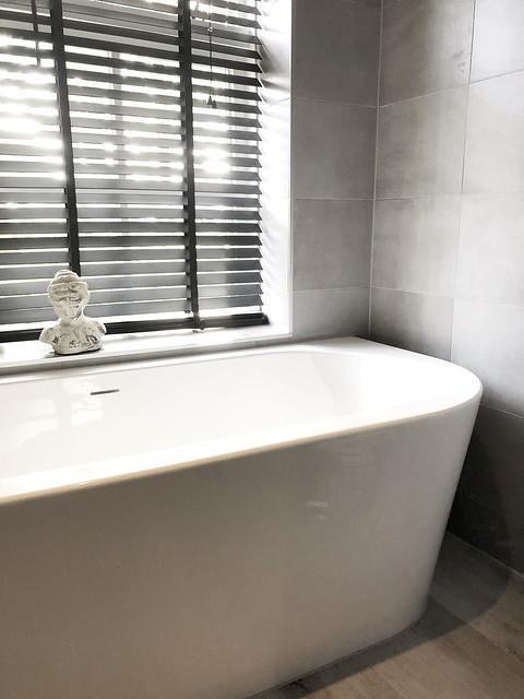 Wit met grijze badkamer vrijstaand ligbad wit