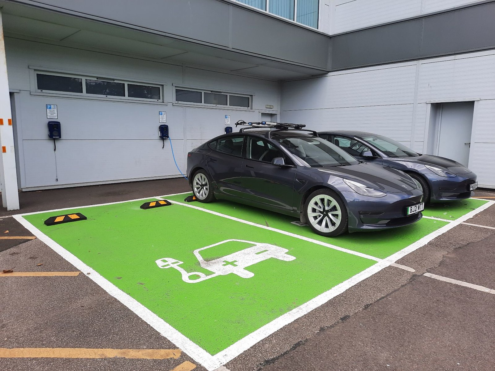 Electric vehicle charging at Keltruck Scania