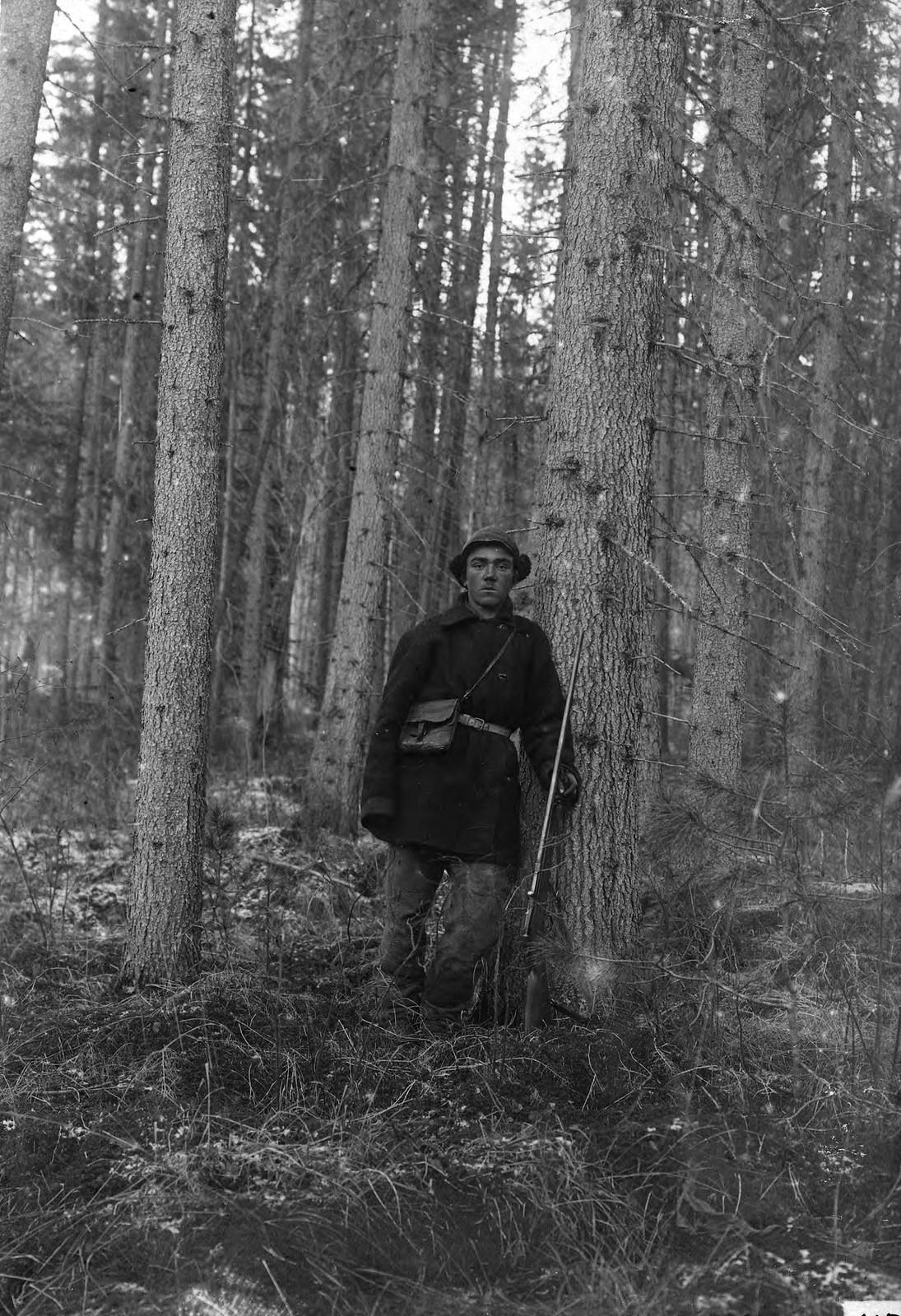 «Ельники» по мысам реки Орленга. Охотник из колхоза деревни Пономаревской