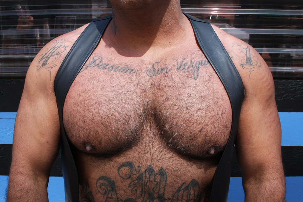 MANLY HOT MUSCLE HUNK  ! photographed by ADDA DADA at the DORE ALLEY FAIR 2021 !  ( safe photo )